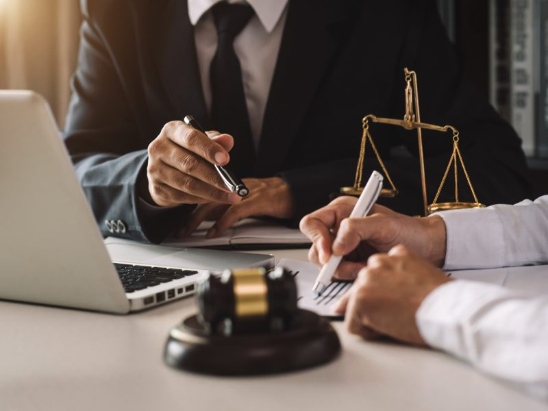 7 Telltale Signs You Need A Business Lawyer